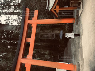 椅子に座っている木製のベンチの写真・画像素材[2920218]