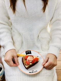 食べ物の皿を持っている女性の写真・画像素材[2937302]