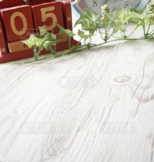 テーブルの上に花瓶の写真・画像素材[2996885]