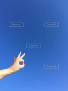 澄んだ青空を持つ女性の写真・画像素材[3016929]