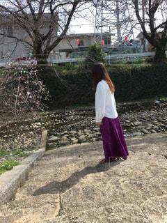 女性,1人,自然,風景,花,桜,ロングヘア,屋外,階段,川,景色,影,小川,サクラ,背景,樹木,人物,横顔,人,地面,石,石階段,佇む,石段,ガードレール,日中,さくら,横向き,履物