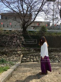 女性,1人,自然,風景,桜,ロングヘア,屋外,階段,川,景色,影,サクラ,背景,樹木,人物,人,立つ,地面,石,石階段,石段,草木,ガードレール,さくら