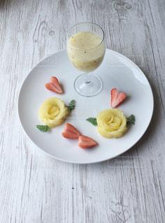 木製のテーブルの上に食べ物の皿の写真・画像素材[3209277]