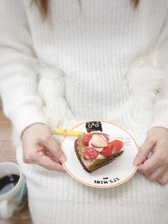 食べ物の皿を持っている人の写真・画像素材[3283637]