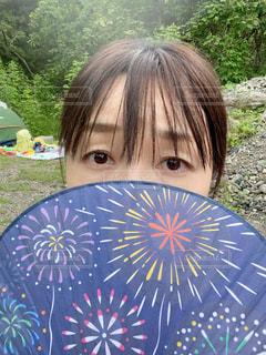 青い傘を持っている人の写真・画像素材[3555924]