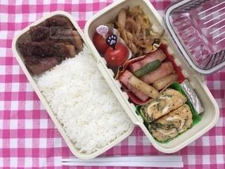 皿の上に異なる種類の食べ物が入った箱の写真・画像素材[3639191]