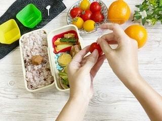 女性,食べ物,お弁当,手持ち,テーブル,果物,野菜,人物,ミニトマト,人,ポートレート,ライフスタイル,プチトマト,手元,プラスチック