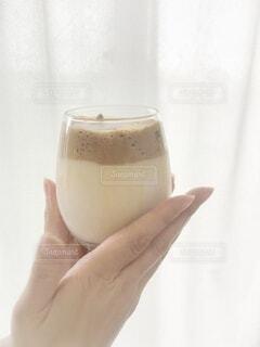 風景,コーヒー,手,ガラス,手持ち,人物,カップ,ポートレート,ミルク,ドリンク,ライフスタイル,手元,飲料,ソフトド リンク,ダルゴナコーヒー