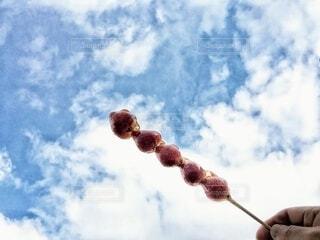 空,屋外,雲,手持ち,デザート,人物,人,ポートレート,くもり,ライフスタイル,いちご飴,手元,苺飴