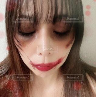 ピンクの髪の女性のクローズアップは、自分撮りを取るの写真・画像素材[3837479]