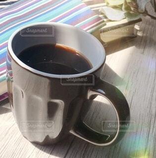テーブルの上にコーヒーを一杯入れるの写真・画像素材[3879866]