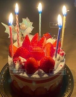 ろうそくに火がついたバースデーケーキの写真・画像素材[3997163]
