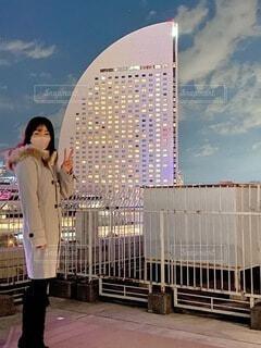 高い建物の前に立っている人の写真・画像素材[4000269]