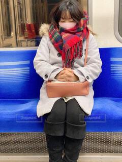 青いシャツを着た小さな女の子の写真・画像素材[4074364]