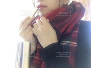 歯ブラシを口に入れておく女性の写真・画像素材[4074438]