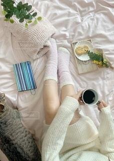 ベッドに座っている赤ちゃんの写真・画像素材[4178963]