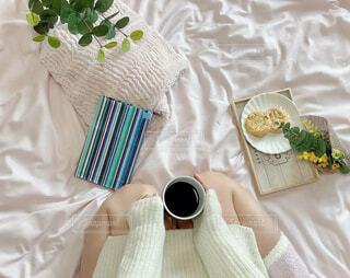 女性,カフェ,花,アクセサリー,屋内,花瓶,テーブル,布,リラックス,食器,カップ,枕,おうちカフェ,ドリンク,おうち,ライフスタイル,ベッド,コーヒー カップ,おうち時間