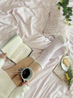 女性,カフェ,屋内,花瓶,布,リラックス,食器,おうちカフェ,ドリンク,おうち,ライフスタイル,ベッド,おうち時間