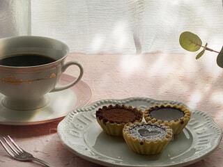 テーブルの上にコーヒーを一杯入れるの写真・画像素材[4292193]