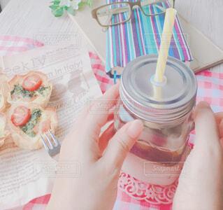 食べ物,カフェ,屋内,ピンク,手,優しい,人物,リラックス,人,おうちカフェ,休日,ドリンク,ふんわり,おうち,ライフスタイル,ソフトド リンク,おうち時間
