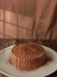 皿の上にチョコレートケーキを1個入れの写真・画像素材[4295938]
