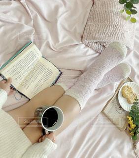 女性,カフェ,コーヒー,屋内,足,テーブル,布,人物,リラックス,人,カップ,おうちカフェ,ドリンク,おうち,ライフスタイル,ベッド,コーヒー カップ,おうち時間