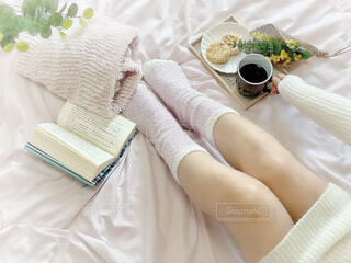 女性,カフェ,コーヒー,屋内,足,テーブル,布,リラックス,カップ,おうちカフェ,ドリンク,おうち,ライフスタイル,ベッド,コーヒー カップ,おうち時間