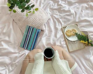 女性,カフェ,花,コーヒー,アクセサリー,屋内,足,花瓶,テーブル,布,リラックス,食器,カップ,おうちカフェ,ドリンク,おうち,ライフスタイル,ベッド,コーヒー カップ,おうち時間