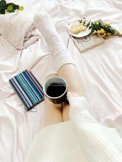 女性,カフェ,コーヒー,アクセサリー,屋内,足,テーブル,布,リラックス,食器,カップ,おうちカフェ,ドリンク,おうち,ライフスタイル,ベッド,コーヒー カップ,おうち時間
