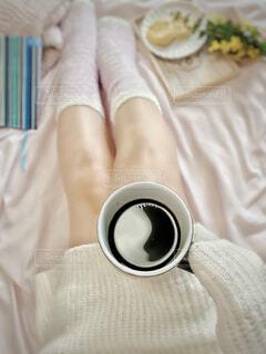 女性,カフェ,コーヒー,屋内,足,人物,リラックス,人,おうちカフェ,ドリンク,おうち,ライフスタイル,ベッド,おうち時間