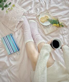 女性,カフェ,コーヒー,アクセサリー,屋内,足,布,人物,リラックス,人,おうちカフェ,ドリンク,おうち,ライフスタイル,ベッド,ファブリック,おうち時間