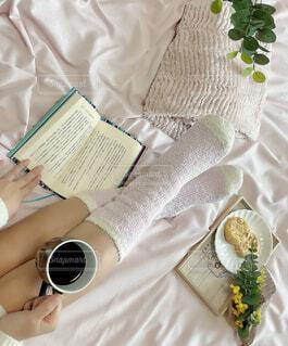 女性,カフェ,コーヒー,屋内,足,本,布,人物,リラックス,人,おうちカフェ,ドリンク,おうち,ライフスタイル,ベッド,おうち時間