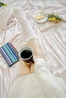 女性,カフェ,コーヒー,アクセサリー,屋内,足,布,人物,リラックス,人,おうちカフェ,ドリンク,おうち,ライフスタイル,ベッド,コーヒー カップ,おうち時間