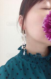 ピンクの花を着た女性の写真・画像素材[4332545]