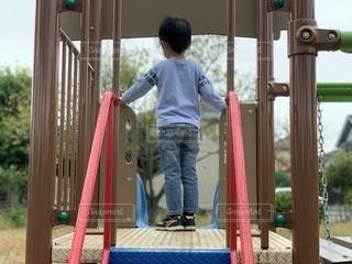 滑り台に立つ少年の写真・画像素材[2609578]