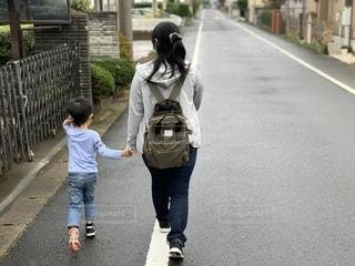 散歩する母子の写真・画像素材[2609599]