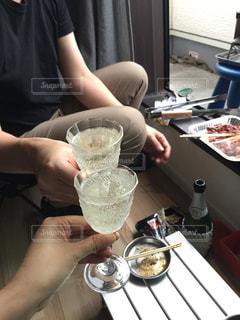 アウトドア,カップル,夫婦,ワイン,グラス,キャンプ,乾杯,バーベキュー,ドリンク,シャンパン