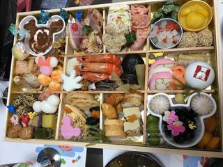 テーブルの上に異なる種類の食べ物で満たされた箱の写真・画像素材[2871700]