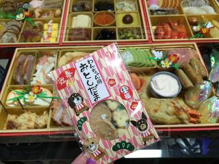 いろいろな種類の食べ物でいっぱいの店の写真・画像素材[2871704]
