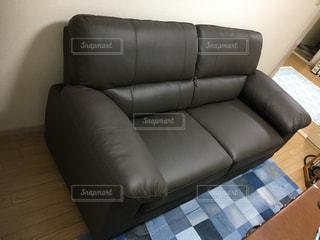 リビングルームの茶色の革張りのソファの写真・画像素材[2925155]