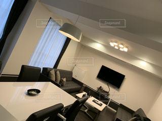 部屋に座っているフラットスクリーンテレビの写真・画像素材[2925189]