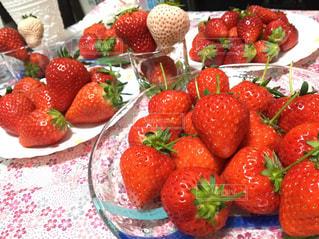 新鮮な果物や野菜で満たされる皿の写真・画像素材[2928033]