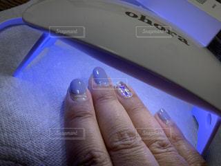 リモコンを持つ手の写真・画像素材[3060332]