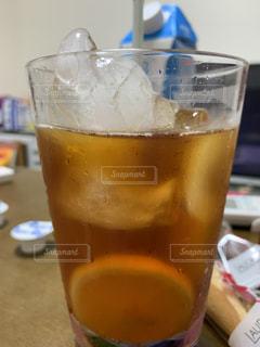テーブルの上のビールを一杯閉じるの写真・画像素材[3561309]