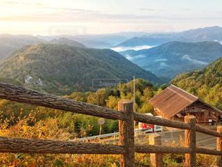 山の側の木製のベンチの写真・画像素材[2745838]