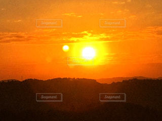 背景にオレンジ色の夕焼けの写真・画像素材[2863268]