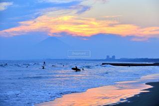 水の体に沈む夕日の写真・画像素材[1389678]