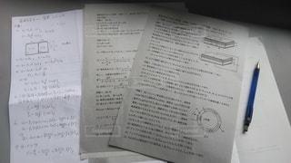 1人,テスト,書類,勉強,大学,手書き,紙,コンデンサー,データ,コイル,電磁気,キャパシタ,コンダクタ