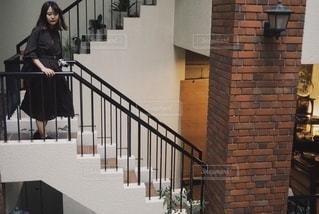 建物の前に立っている人の写真・画像素材[2739220]