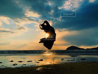 水の体に沈む夕日の写真・画像素材[2985176]